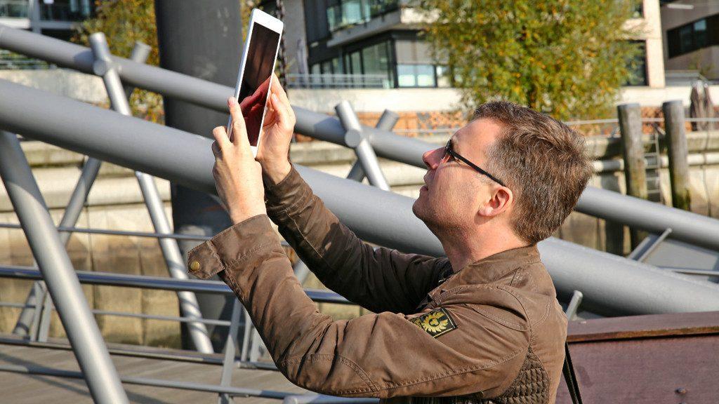Man filmt op vakantie met zijn tablet